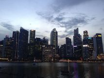 Nacht in Singapur stockbild