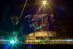 Nacht in steengroeve - grijpexcavateur Royalty-vrije Stock Foto