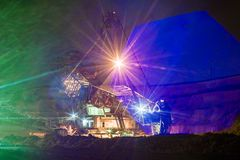 Nacht in steengroeve - grijpexcavateur Front Light Stock Afbeelding