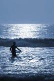 Nacht-Surfen unter Mondschein Stockfotografie