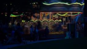 Nacht timelapse met het aangestoken en gekleurde carrousel de stad in spinnen snel in Londen stock footage