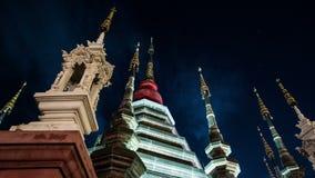 Nacht timelapse van een tempel in Chiang Mai, Thailand stock footage