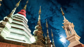 Nacht timelapse van een tempel in Chiang Mai, Thailand stock videobeelden