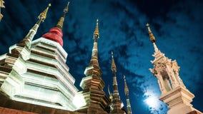 Nacht timelapse van een tempel in Chiang Mai, Thailand stock video