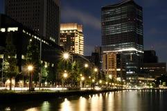 Nacht-Tokyo-Szene mit Fluss stockfotos