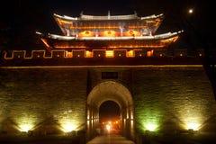 Nacht toneel van stadspoort en stadsmuur in oude stad van Dali Stock Afbeeldingen