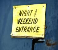 Nacht-und Wochenenden-Eingang Stockfotos