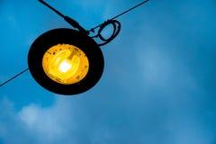 Nacht van de lamp de post openbare verlichting stock foto's