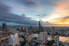 Nacht van de Metropolitaanse Mooie zonsondergangcityscape stad Thailand van Bangkok royalty-vrije stock afbeeldingen