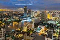 Nacht van de Metropolitaanse stad Thailand van krommechao phraya river bangkok stock foto