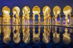 Nacht van Grote Moskee in Abu Dhabi stock foto