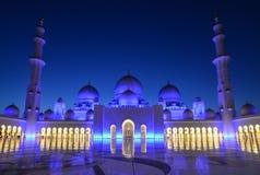 Nacht van Grote Moskee in Abu Dhabi stock afbeeldingen