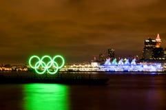 Nacht van Olympics van de Winter en Vijf Zeilen Royalty-vrije Stock Afbeeldingen