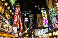 Nacht van Osaka Japan, het winkelen straat stock foto