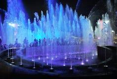 Nacht verlichte fonteinen stock afbeelding