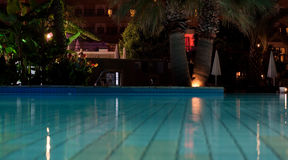 Nacht verlichte pool Royalty-vrije Stock Foto