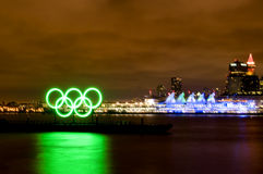Nacht von Olympischen Winterspielen und von fünf Segeln Lizenzfreie Stockbilder