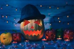 Nacht vor Halloween Jack-Laterne im Hut und seine Freunde sind stockbild