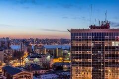 Nacht-Voronezh-Stadt nach Sonnenuntergang, blaue Stunde, Nachtlichter von Häusern, Gebäude, Lizenzfreies Stockfoto
