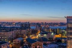 Nacht-Voronezh-Stadt nach Sonnenuntergang, blaue Stunde, Nachtlichter von Häusern, Gebäude, Stockfoto