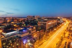 Nacht-Voronezh-Stadtbild von der Dachspitze von Leninskiy-Aussicht Stockfoto