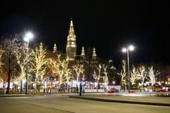 Nacht Wien mit Weihnachtsmarkt stockfotos