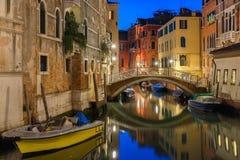 Nacht zijkanaal en brug in Venetië, Italië Royalty-vrije Stock Afbeeldingen