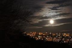 Nacht Zlin en volle maan stock afbeelding