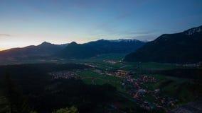 Nacht zur Tageszeitspanne von den Wolken, die über Alpen durch das Dorf Jenbach, Tirol, Österreich rollen stock video footage