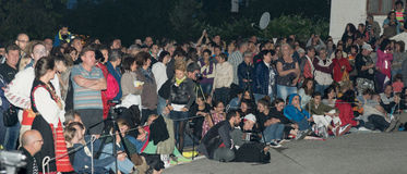 Nacht, Zuschauer an den Nestkena-Spielen in Bulgarien Lizenzfreie Stockfotografie