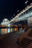 Nachtansicht über die Kathedrale von Christus der Retter von einer anderen Seite des Flusses vom Damm Stockfotografie