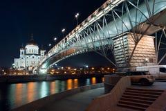 Nachtansicht über die Kathedrale von Christus der Retter von einer anderen Seite des Flusses vom Damm Stockbilder