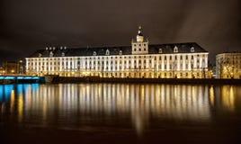 Nachtansicht über großes Gebäude Stockbild