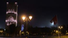 Nachtansicht über Hassan-Turm vom Quadrat mit Laternen und Flaggen in Rabat, Marokko Unfertiges Moscheenminarett stock video footage