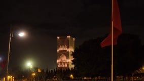 Nachtansicht über Hassan-Turm vom Quadrat mit Laternen und Flaggen in Rabat, Marokko Unfertiges Moscheenminarett stock footage