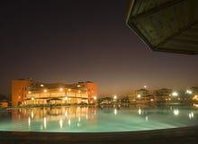 Nachtansicht über Hotel Lizenzfreie Stockbilder
