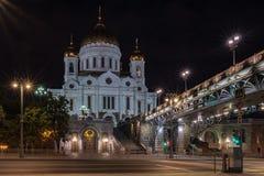 Nachtansicht über Kathedrale von Christus der Retter in Moskau stockbilder