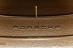 Nachtansicht über Porsche-Firmenzeichen Stockbild