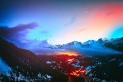Nachtansicht über schneebedeckte Spitzen von Heilig-LUC-Bergen, Alpen Switzerla lizenzfreie stockfotografie