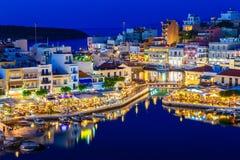 Nachtansicht Aghios Nikolaos - malerische Stadt im Ost von Insel Kreta errichtet auf Nordwestseite der ruhigen Bucht lizenzfreies stockbild