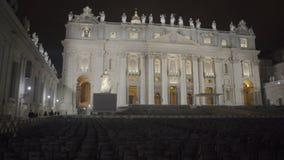 Nachtansicht belichteten St Peter der Basilikafassade, Stühle für Gemeindemitglieder stock video footage