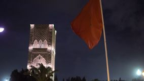 Nachtansicht ?ber Hassan-Turm vom Quadrat mit Laternen und Flaggen in Rabat, Marokko Unfertiges Moscheenminarett stock video footage