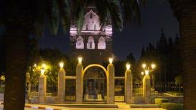 Nachtansicht ?ber Hassan-Turm vom Quadrat mit Laternen und Flaggen in Rabat, Marokko Unfertiges Moscheenminarett stock video