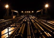 Nachtansicht der Öltankerplattform Stockfotos