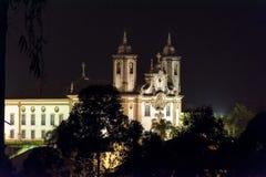 Nachtansicht der alten katholischen Kirche des 18. Jahrhunderts lizenzfreies stockbild