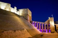 Nachtansicht der alten Zitadelle von Aleppo, Syrien Stockfotos