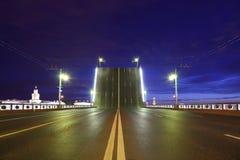 Nachtansicht der angehobenen Brücke in St Petersburg Lizenzfreie Stockfotos