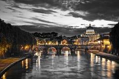 Nachtansicht der Basilika St Peter in Rom Lizenzfreie Stockfotografie