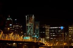 Nachtansicht der belichteten Zugbrücke auf Stadthintergrund lizenzfreie stockfotografie