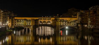 Nachtansicht der berühmten Brücke Ponte Vecchio, Florenz, Italien stockbilder